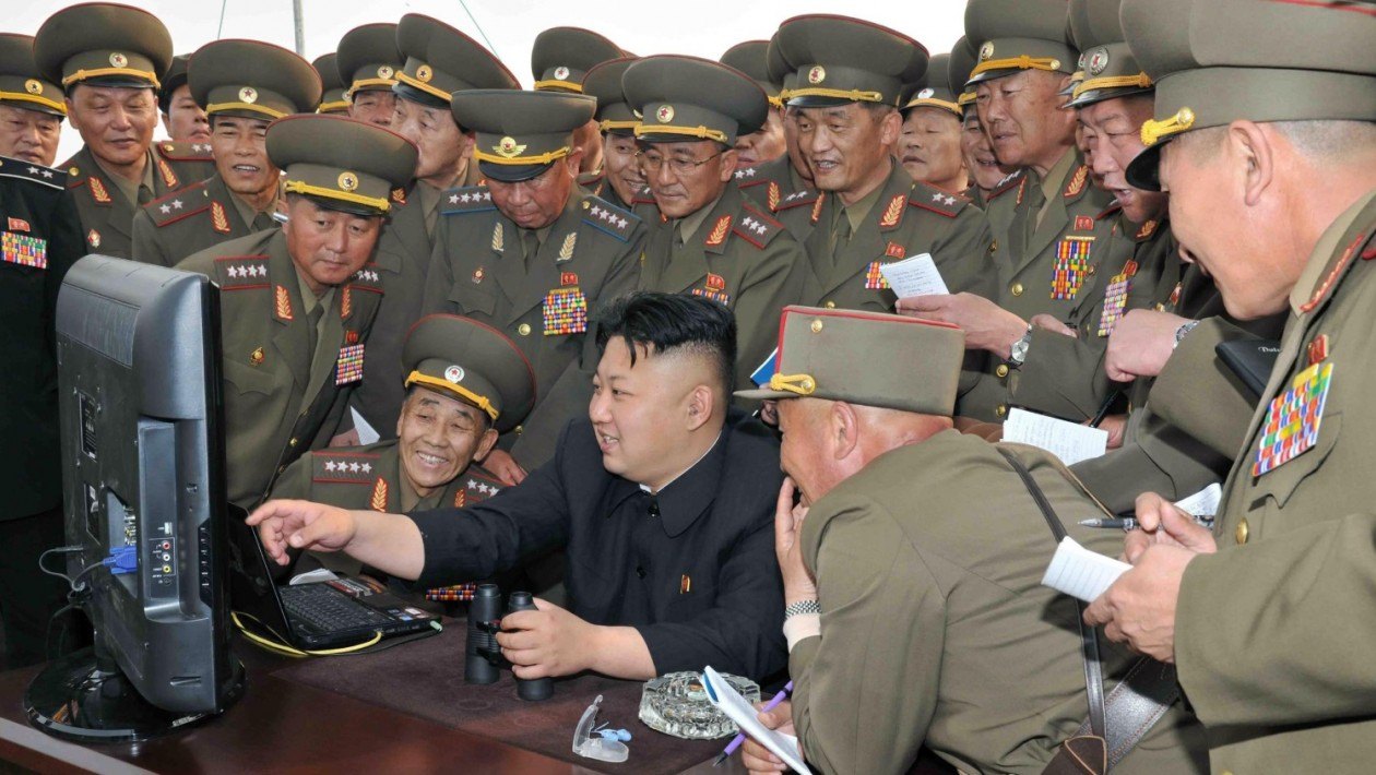 Kim Jong-un usa computador na Coreia do Norte