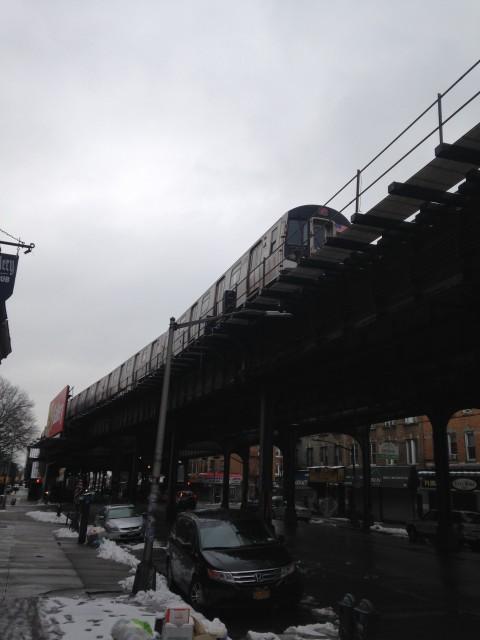 Esse é o glorioso metrô da linha F, perto da minha estação, a Ditmas Avenue