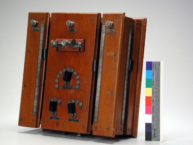 Rádio de galena alojado em mogno, projetado por Harry Shoemaker em 1907. History San José, Perham Collection.