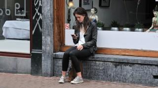 Mulher usa smartphone