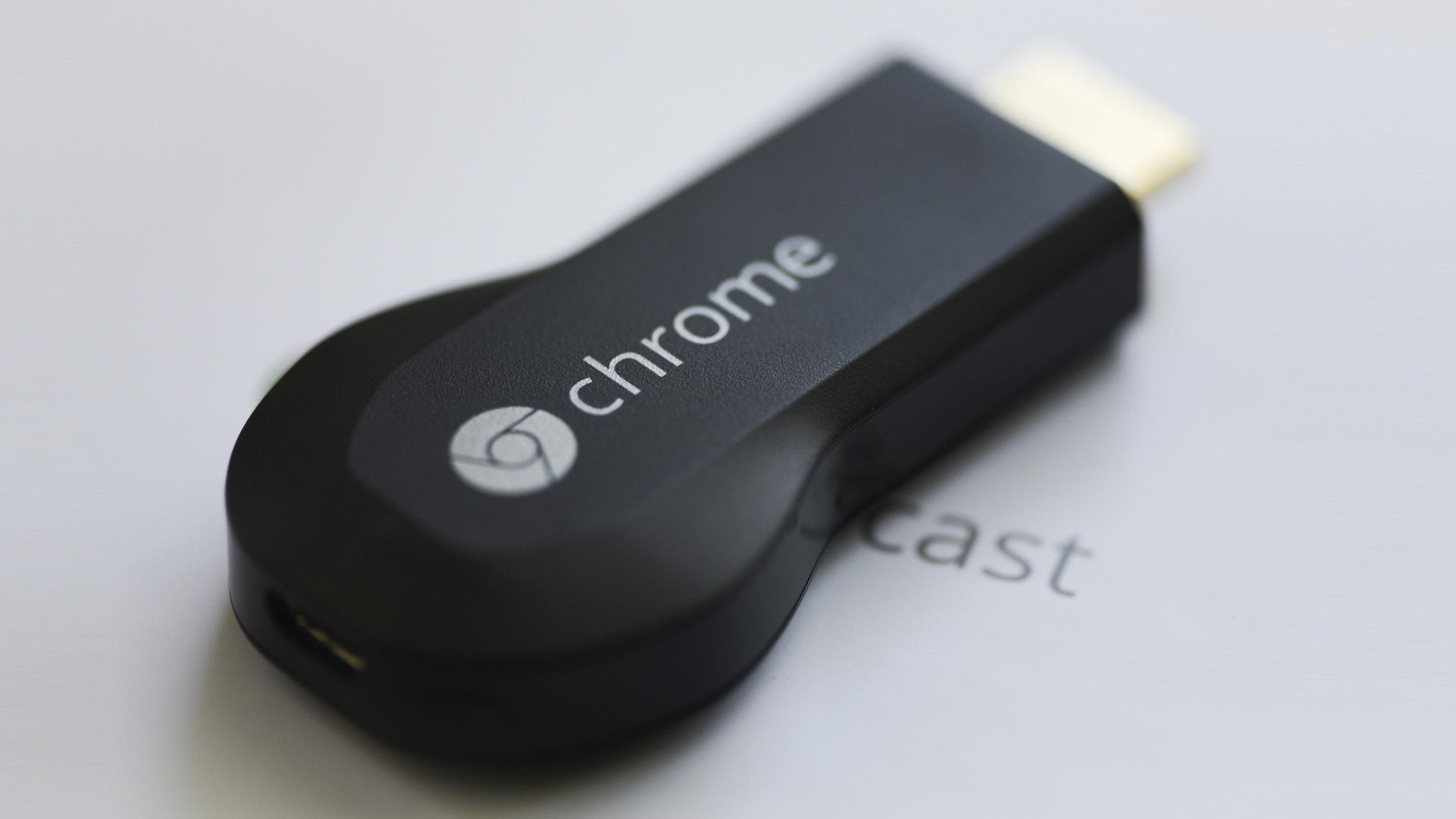 Você pode usar o Chromecast, do Google, com um controle remoto de TV