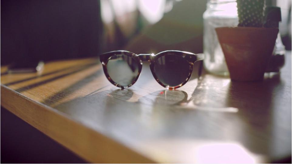 Um vídeo divertido mostra como óculos escuros são feitos