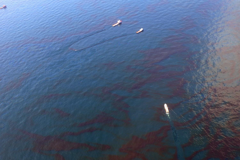 Navios limpam petroleo