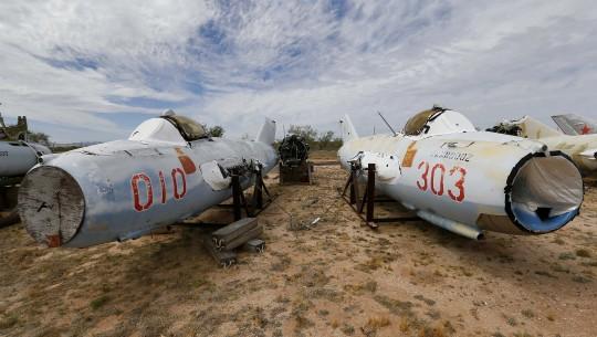 Dois aviões LiM 5, cópias licenciadas do MiG 17, da União Soviética.