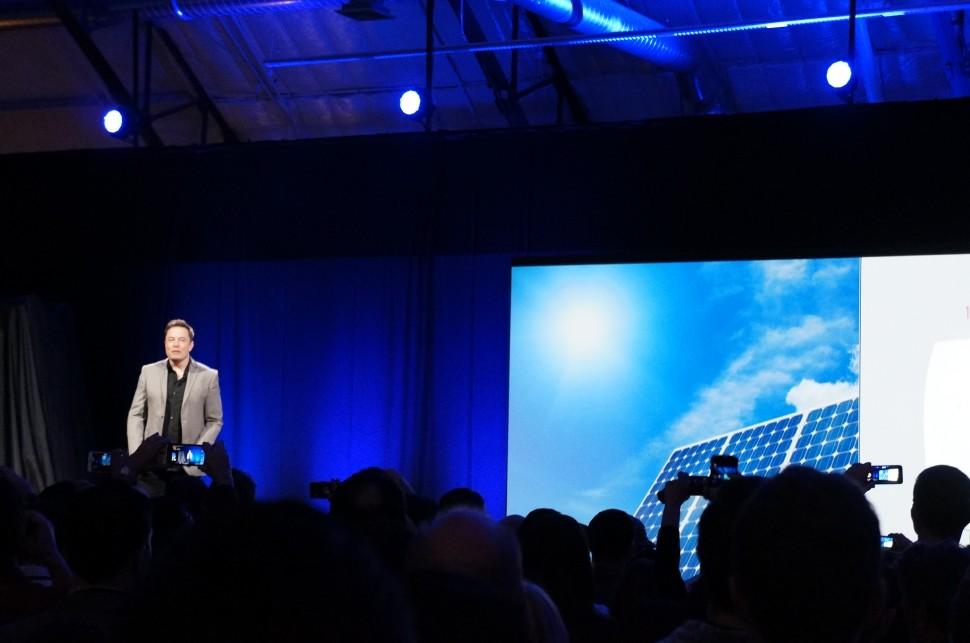 Tesla revela novas baterias para resolver um dos maiores problemas da energia solar