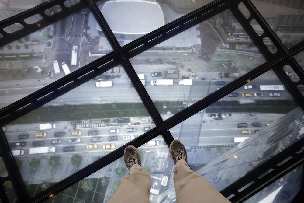 Uma vista do Sky Portal exibe vídeo ao vivo das ruas abaixo do observatório do One World Trade Center.