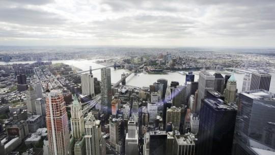 O Distrito Financeiro, a Ponte do Brooklyn e o rio East; à distância, está o bairro Brooklyn.
