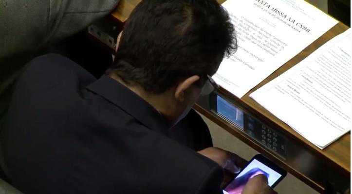 Deputado culpa grupos do WhatsApp após ver pornô durante sessão da Câmara