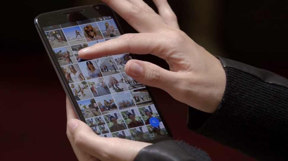 Pessoa mexendo no aplicativo Google Fotos