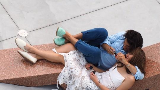 Casal vê o celular no Whitney Museum, em Nova (Foto: Leandro Beguoci)