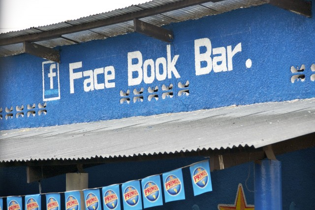 Bar com nome do Facebook em Ruanda, na África. A foto é de Megan,  do blog View From Dar