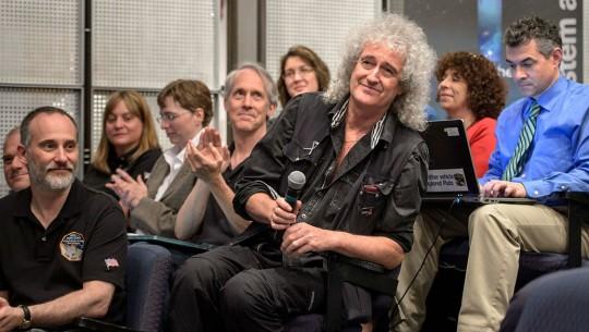 Brian May é reconhecido pelos membros da New Horizons durante visita a NASA. Crédito: Joel Kowsky/NASA