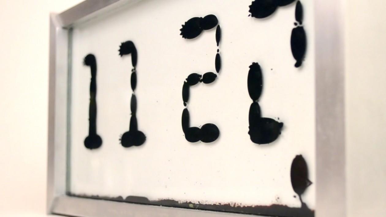 Observar números fluindo neste relógio de ferrofluido é quase terapêutico