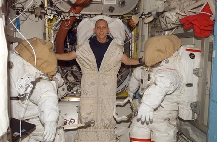 Como astronautas dormem no espaço?
