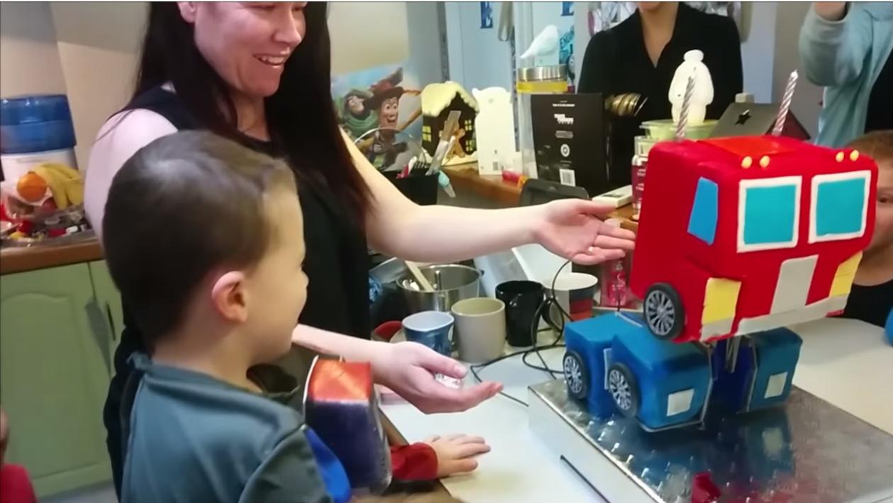 Este bolo de aniversário do Optimus Prime se transforma de verdade