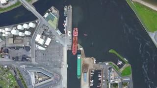 Navio petroleiro atracando com perfeição em um porto estreito