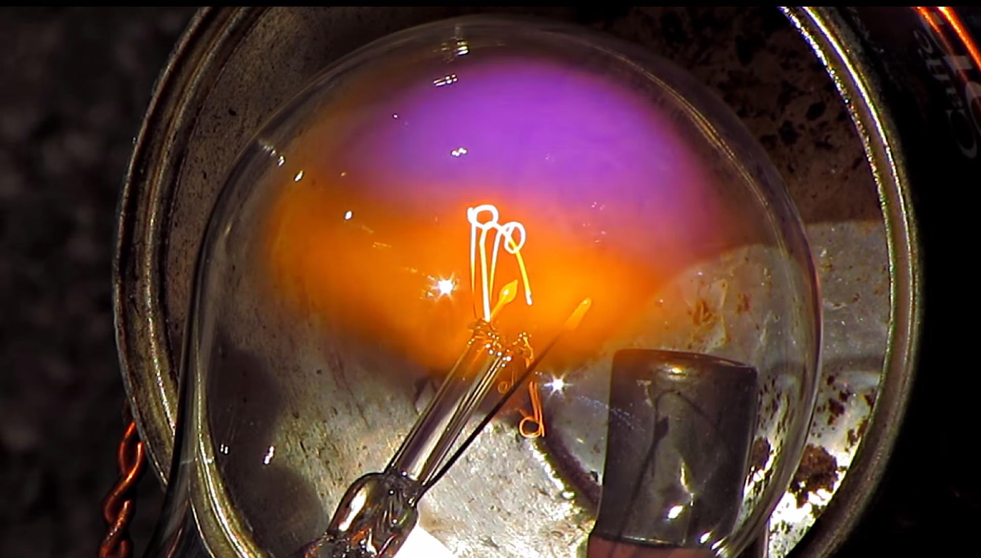 Veja o assustador poder de um micro-ondas fazer plasma e queimar coisas