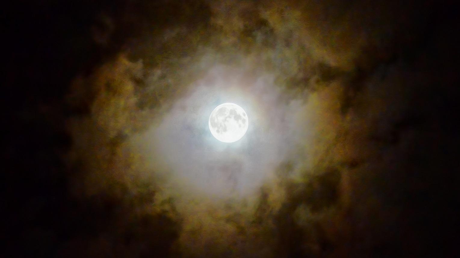Fenômenos superlua e lua de sangue se encontram nos céus neste domingo