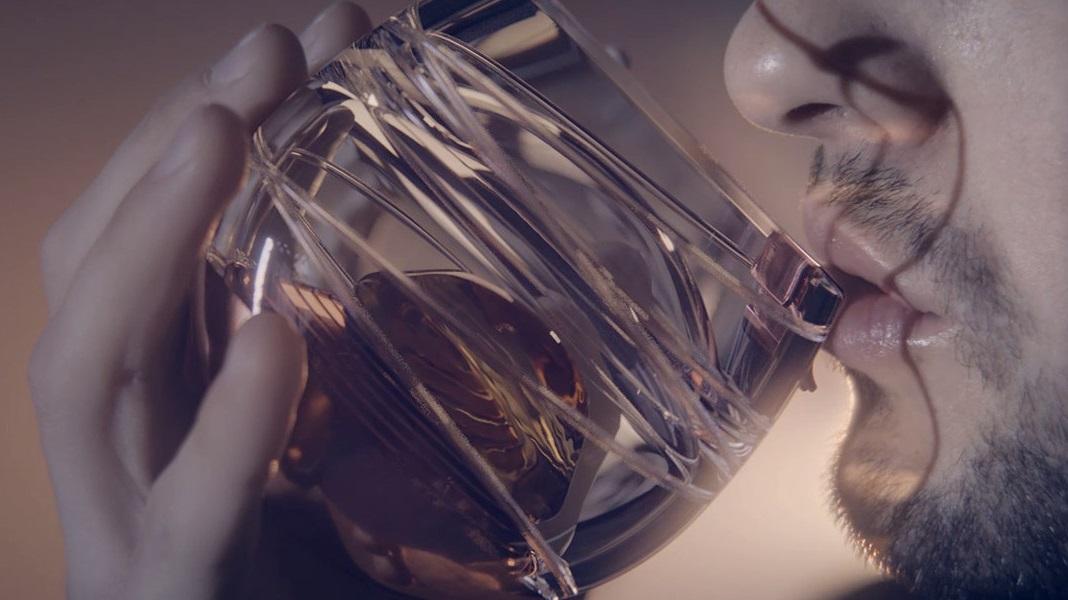 Com este copo, você consegue beber uísque em microgravidade