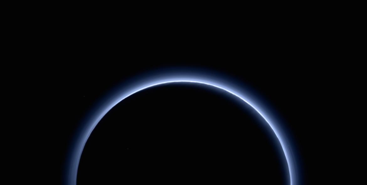 NASA descobre que Plutão tem céu azul e água congelada vermelha