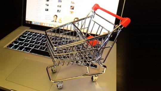 carrinho de compras e macbook - black friday