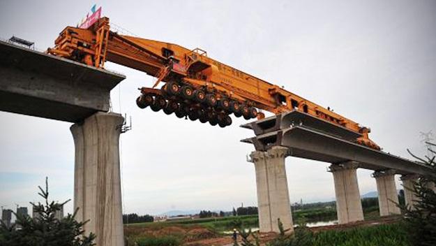 Assista a esta mega-máquina erguer uma ponte na China