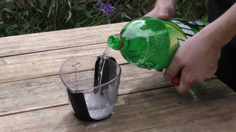 Neste calor, refrigerante é bom para matar a sede. E para mais um monte de coisas, como desgrudar chiclete do chão e regar as plantas: