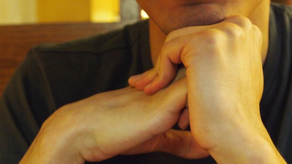 Se você tem o hábito de estalar os dedos, já deve ter levado uma bronca de alguém dizendo que isto faz mal à saúde. Mas pode ficar tranquilo, a ciência está do seu lado: