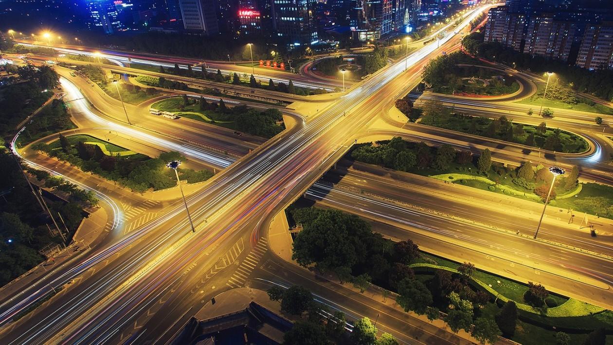 E não são só prédios que os chineses constroem rapidamente. Um trecho inteiro de viaduto foi substituído em apenas 43 horas: