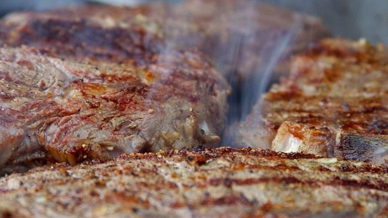 Um relatório surpreendente de uma equipe internacional de cientistas diz que carnes processadas, como salsichas e bacon, são definitivamente uma causa para o câncer, enquanto a carne vermelha é uma causa provável. Eis o que isto significa para a sua saúde, e por que não há nenhum motivo para entrar em pânico.