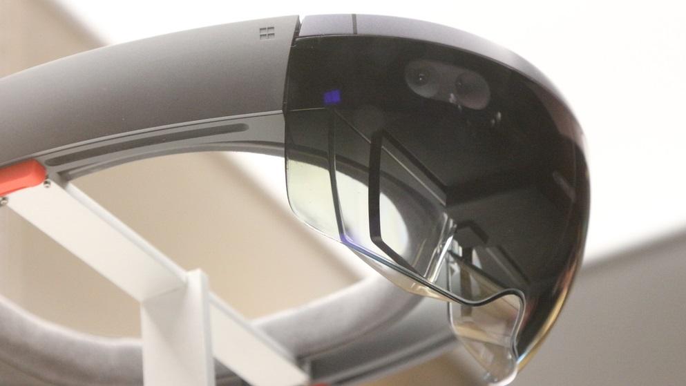"""Microsoft HoloLens: este headset é o primeiro vestível do mundo que é livre de cabos e gera """"hologramas"""" – uma mistura entre o mundo real e realidade aumentada – diante dos seus olhos. Ele será lançado para desenvolvedores em 2016."""