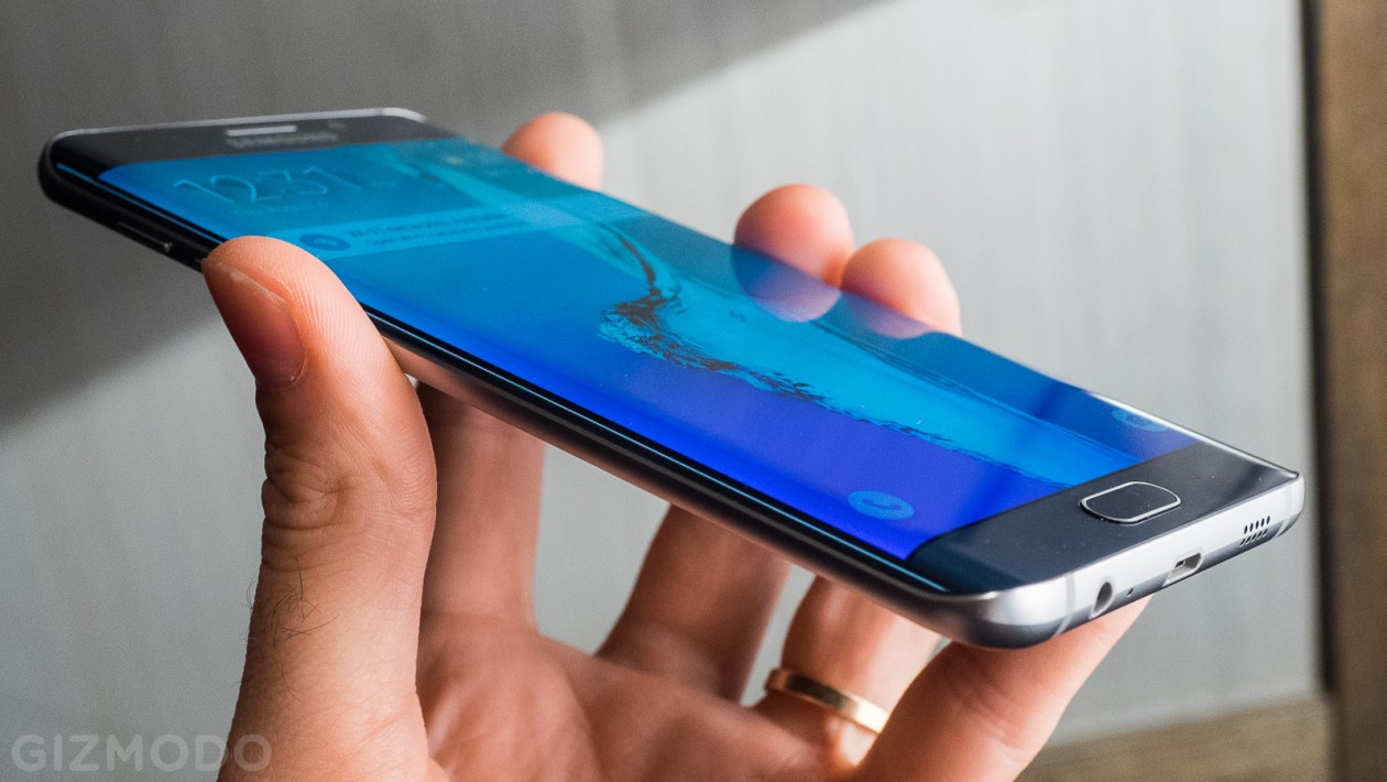 Samsung Galaxy S6 Edge: no ano passado, tivemos o Galaxy Note Edge, com tela curva que se expandia por uma das bordas. No S6 Edge (e Edge+), a tela se expande por ambas as bordas, oferecendo acesso a pequenos widgets. É uma tentativa da Samsung em se diferenciar, e a demanda pelo aparelho foi maior que o esperado.