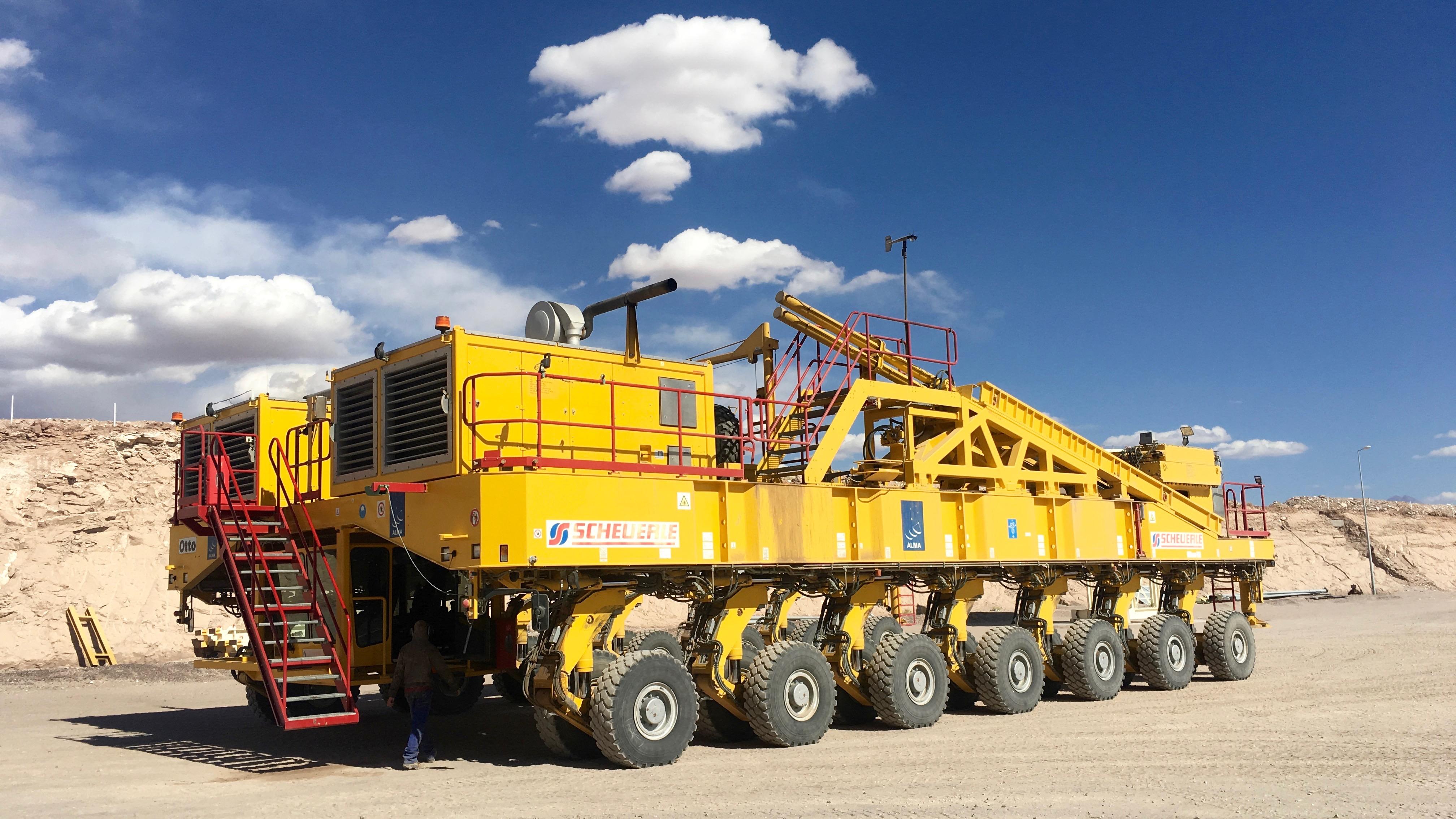 Veja esta máquina monstruosa carregar antenas de telescópio com 100 toneladas -