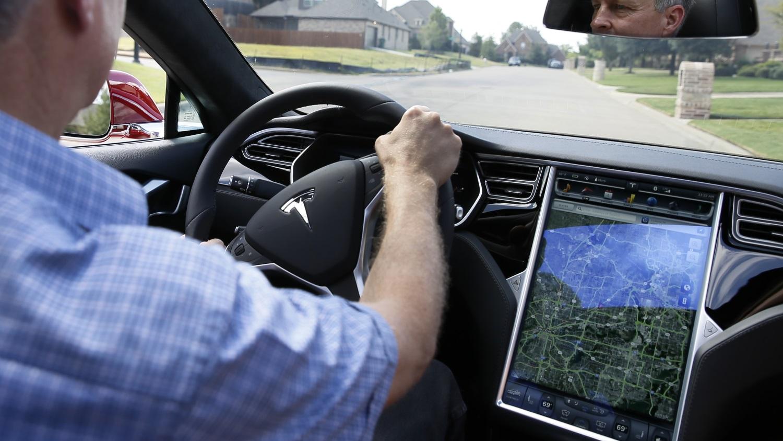 Carro elétrico da Tesla abre garagem e sai para a rua com um toque no smartwatch -