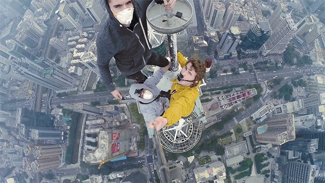 Este vídeo de pessoas escalando um arranha-céu fica cada vez mais perturbador