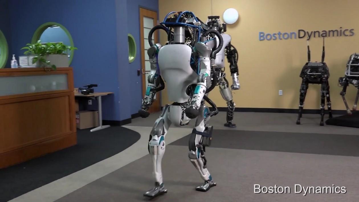 Robô humanoide Atlas consegue abrir portas e se levantar quando derrubado