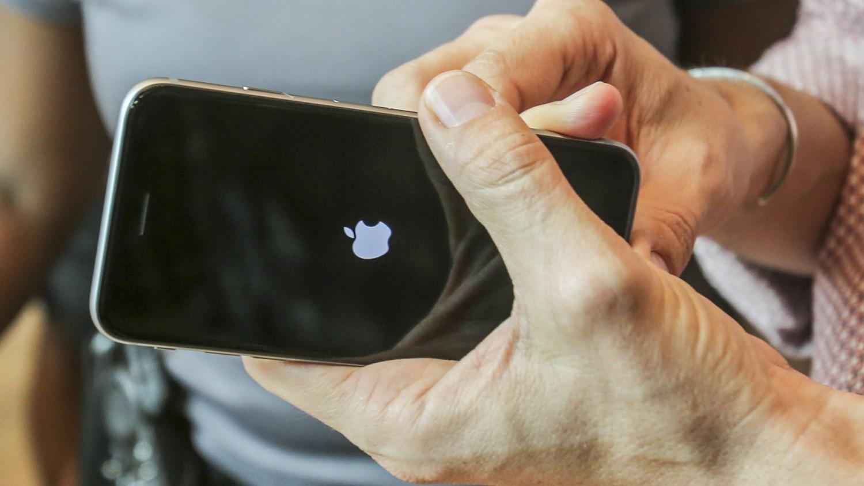 Por que mudar a data em um iPhone para 1º de janeiro de 1970 trava o aparelho