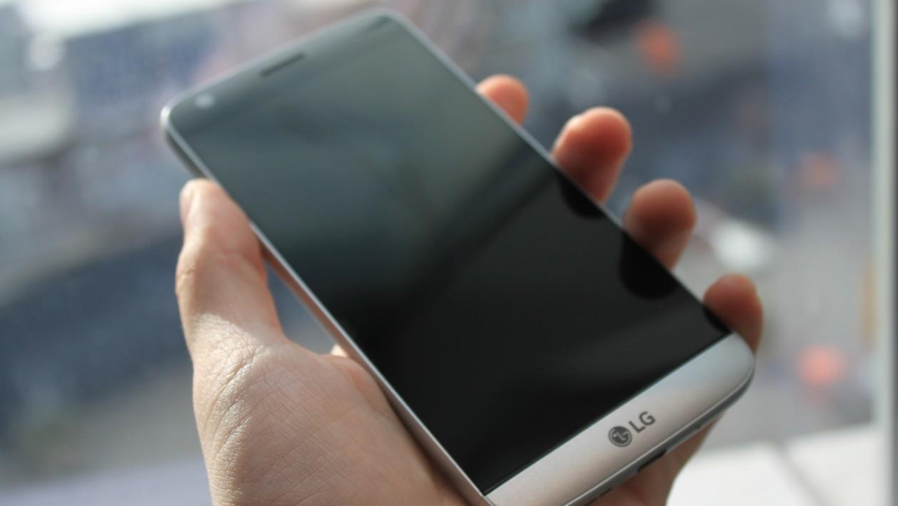 O LG G5 foi apresentado oficialmente no Mobile World Congress. Esta é a 5a. geração de smartphones carro-chefe da LG, e desta vez ele foi completamente reinventado: o G5 tem um corpo de alumínio, inclui um slot de expansão que nós nunca vimos em um celular antes.