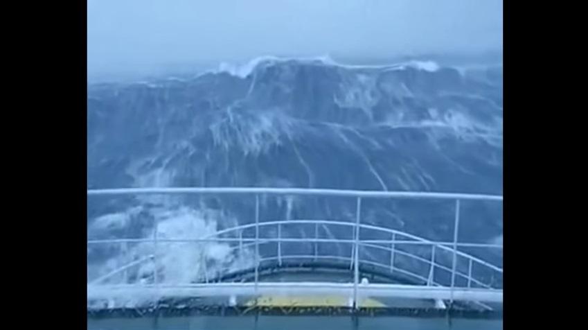Veja uma onda imensa de 30 metros atingir com tudo um barco