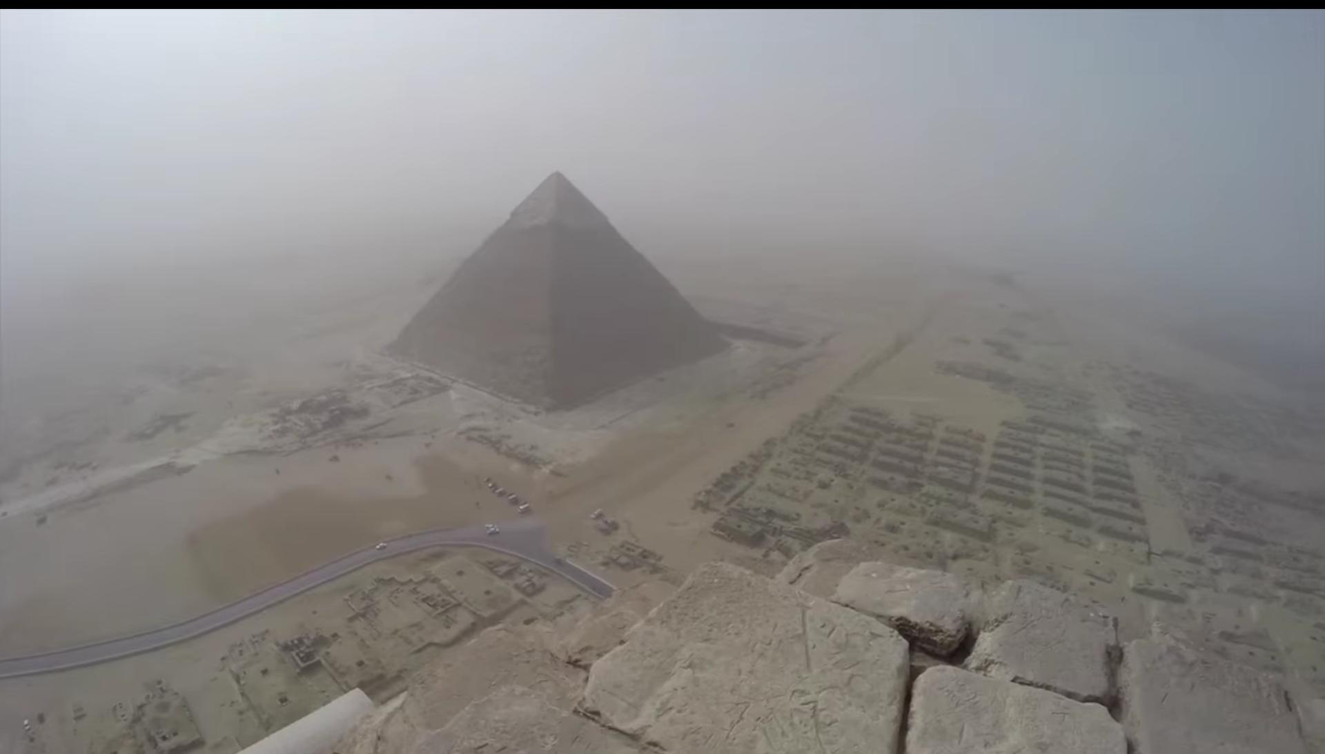 Uma rápida (e ilegal) subida ao topo da Grande Pirâmide de Gizé -