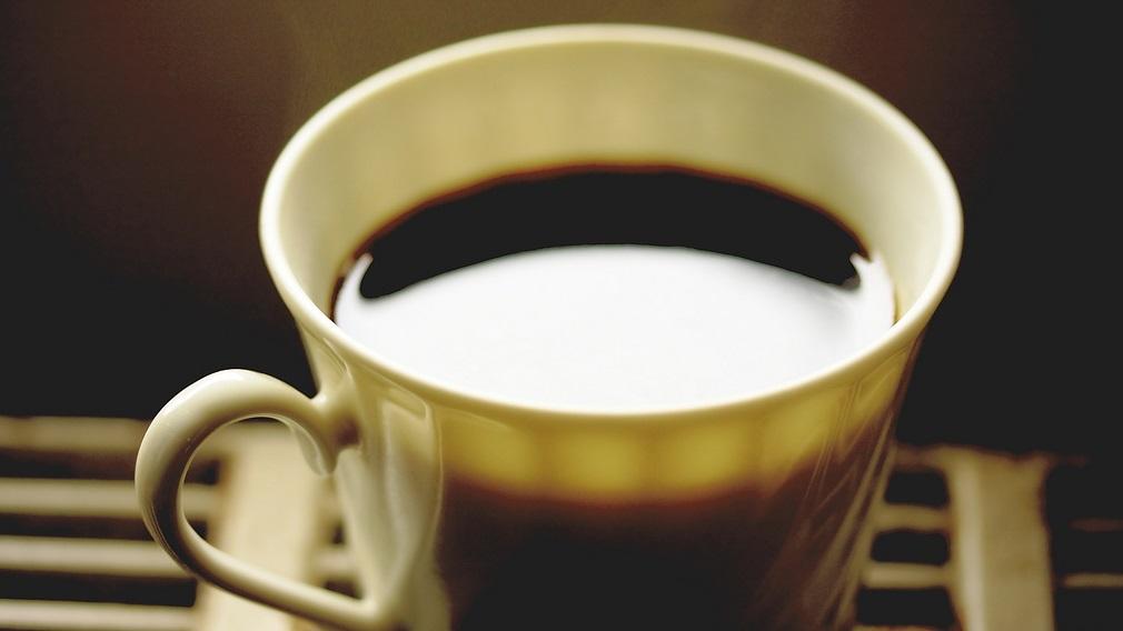Estudo sugere que beber café pode reduzir os danos no fígado causados pelo álcool