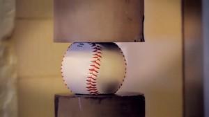 O que acontece se apertarmos uma bola de beisebol até o limite em uma prensa?