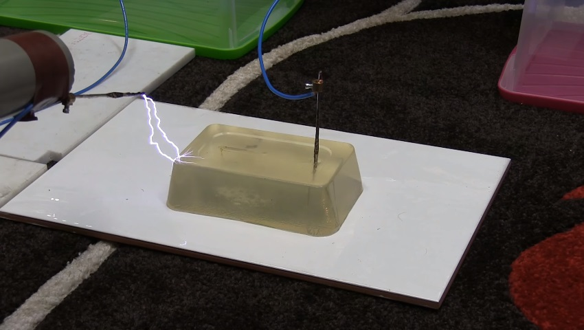 Uma simulação do que 100.000 volts fazem à carne humana -