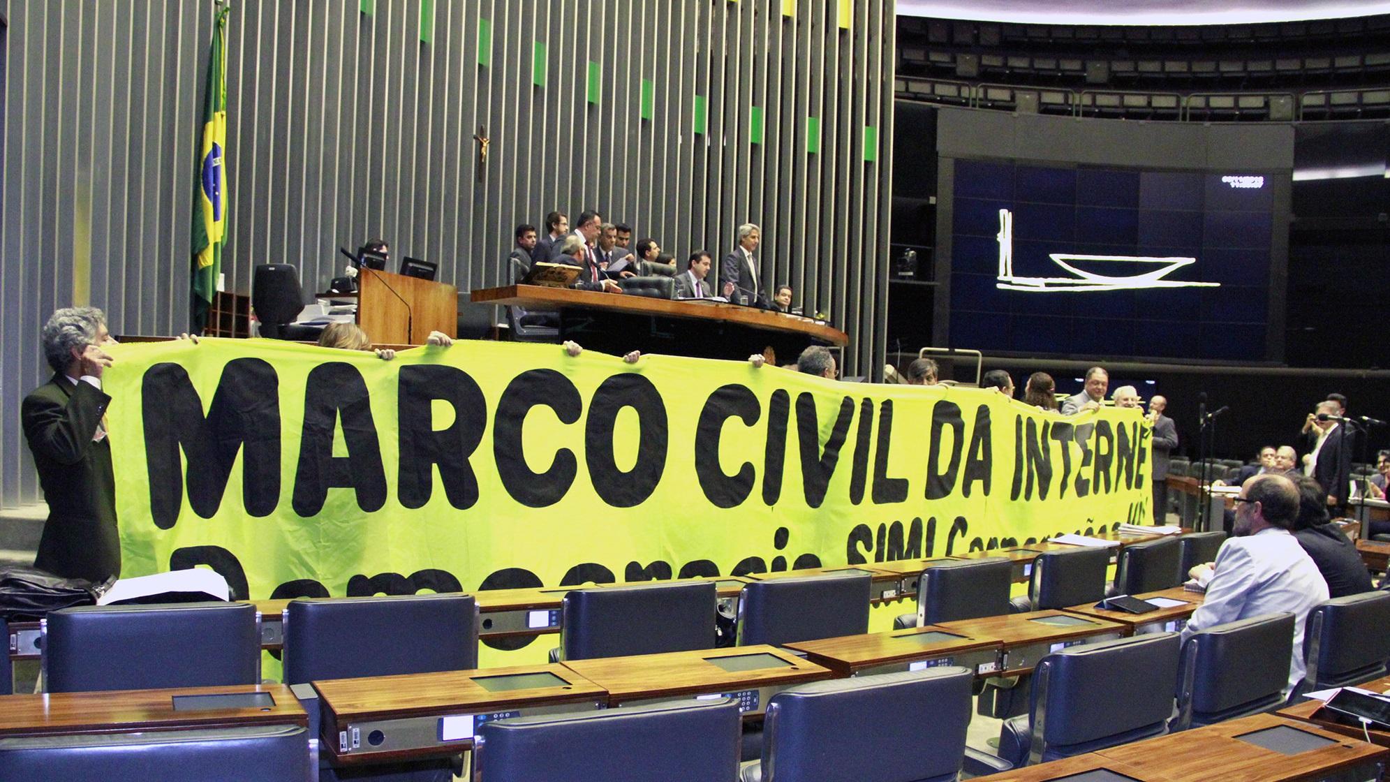 Marco Civil é regulamentado e proíbe WhatsApp grátis para proteger concorrentes