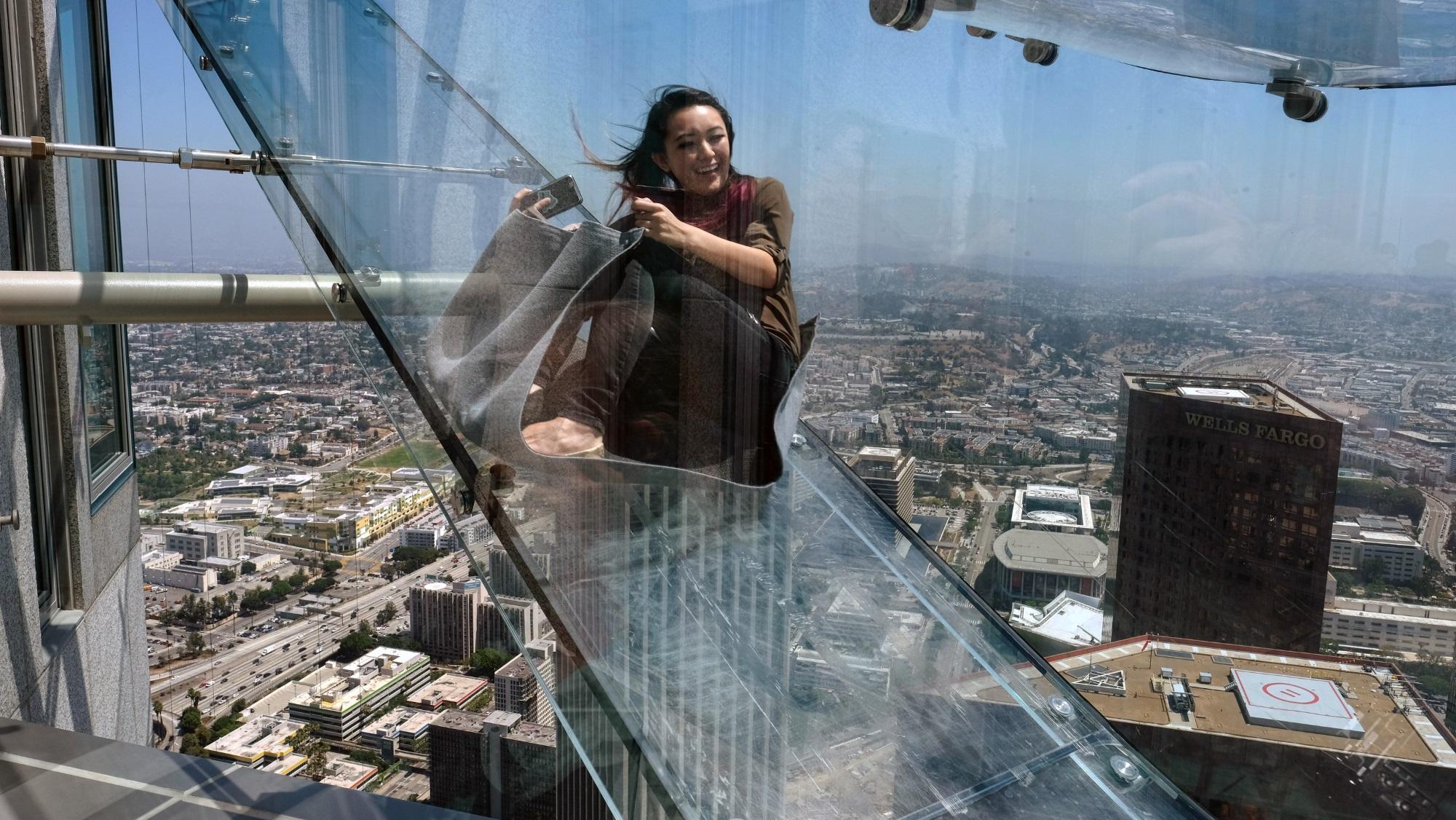 Escorregador de vidro a 300 m de altura é inaugurado na parte externa de arranha-céu -