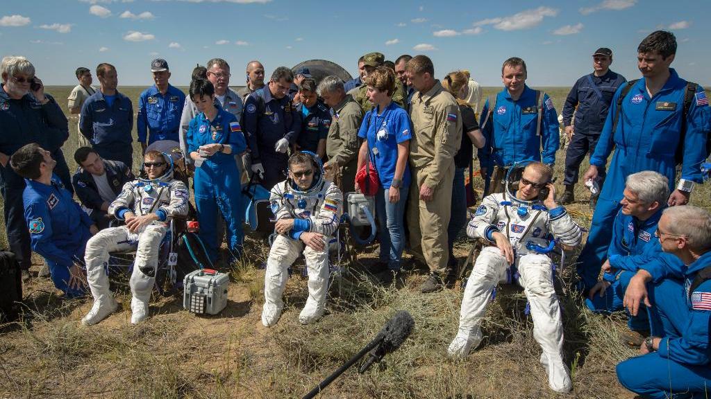 Astronautas voltam à Terra após 186 dias no espaço