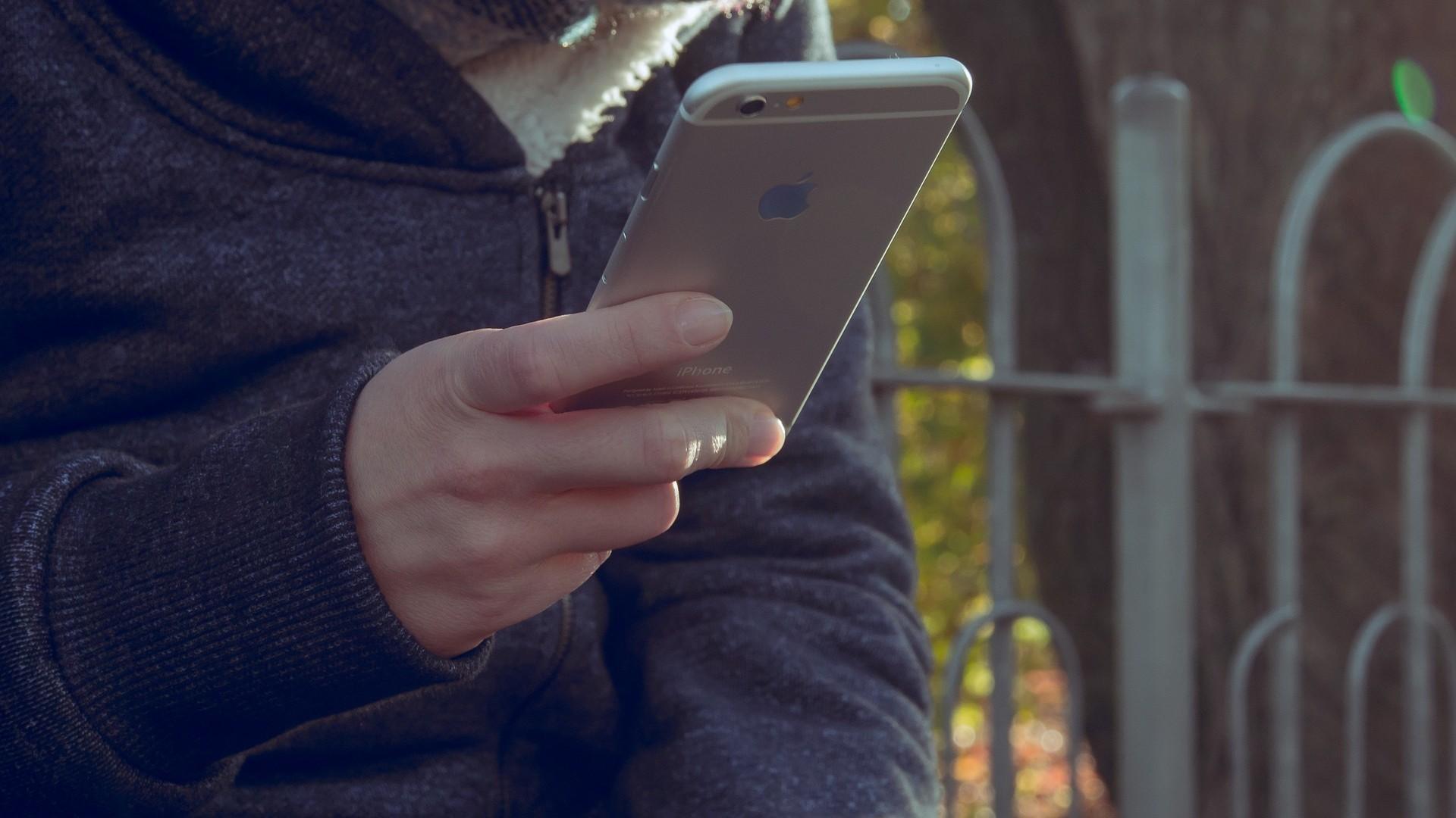Pessoa segurando um iPhone
