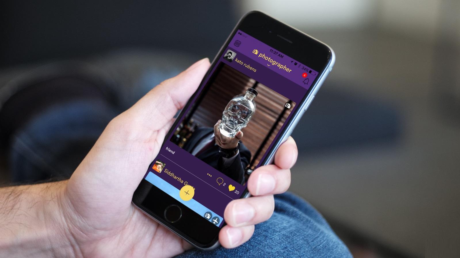 Tela de um smartphone rodando o app Hello