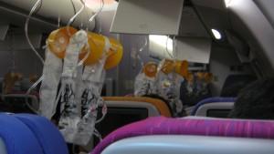 Por que você deve vestir a máscara de oxigênio primeiro quando a cabine do avião despressurizar
