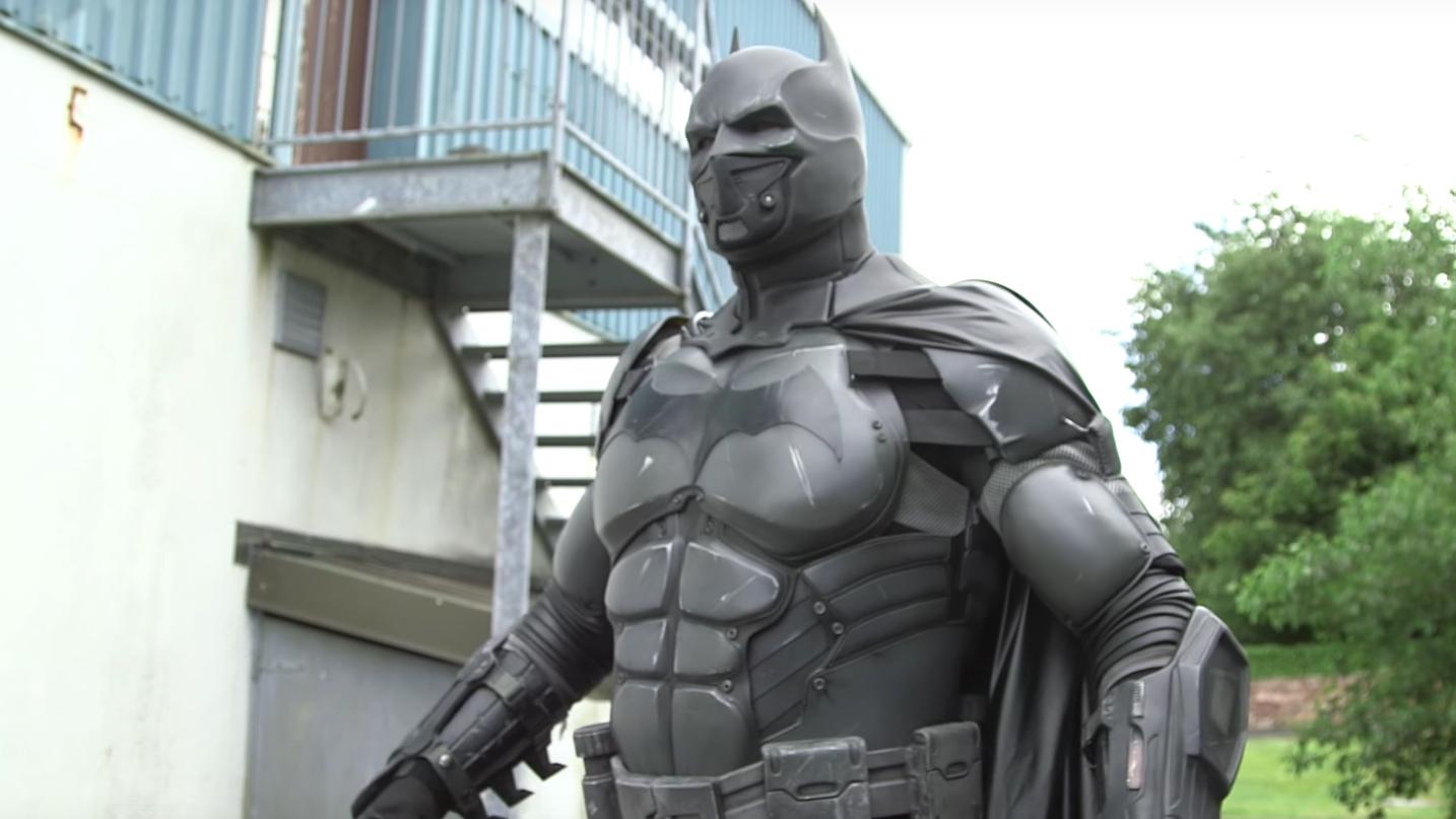 Este irlandês é o recordista no uso de gadgets em um cosplay do Batman -